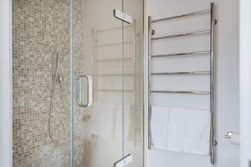 The en suite shower has a huge rose above and a mid height shower attachment too.