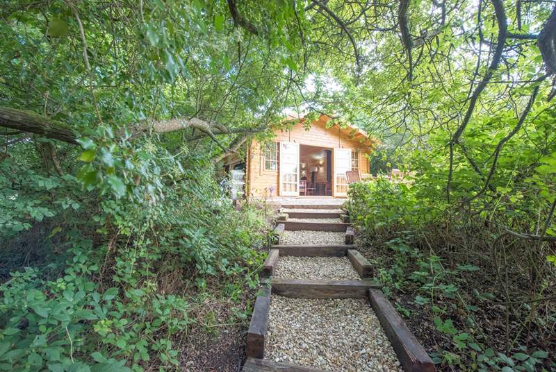Roseland Valley Retreat is tucked into the woodland and faces over beautiful lake. The cabin and safari tent are just a few steps away from each other.