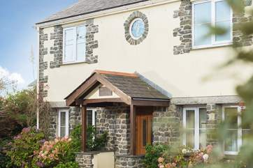 Mermaid Cottage is a modern cottage with traditional stonework that give both character and charm to the property.