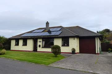 This spacious bungalow is towards the end of thos quiet cul-de-sac sitting in its own large plot.