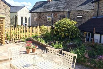 Another view of the courtyard garden, tucked behind the row of cottages in Chapel Street.
