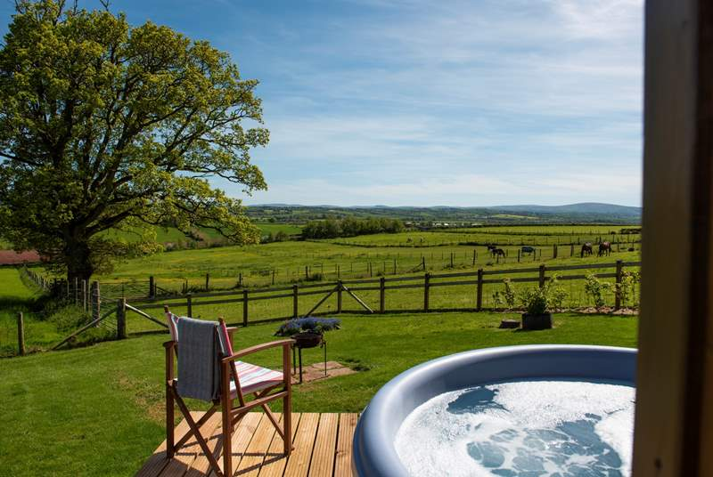 The Wagon with Faraway Views by name and by nature, complete with a bubbling hot tub, bliss!