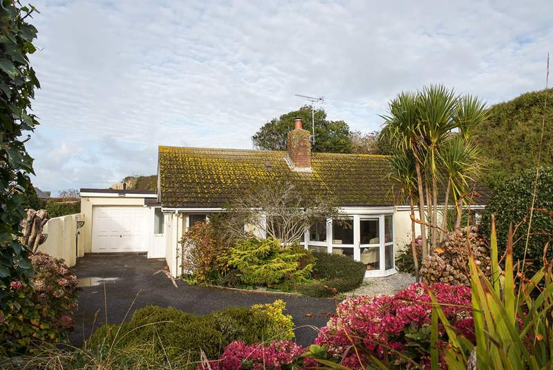Barn Hill is a detached bungalow situated in a quiet lane of the centre of the charming village of Crantock.