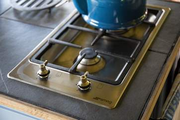 The gas hob gives complete versatility if you do not wish to fire up the range.