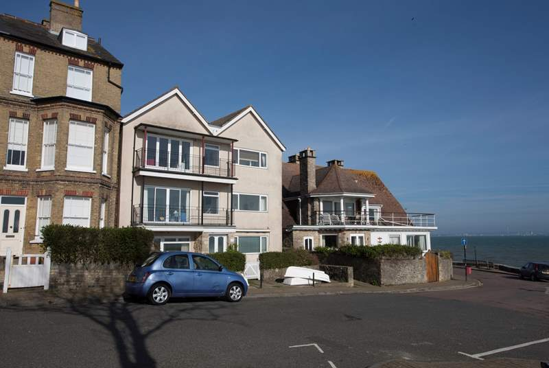 2 Quay Rocks is a first floor apartment at the bottom of Seaview High Street.