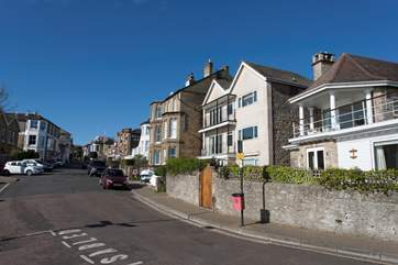 Located at the bottom of Seaview High Street, 2 Quay Rocks is situated in a desireable location.