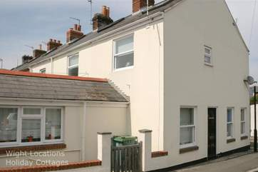 35 Cross street is located in the heart of Cowes, a few steps from the popular high street and high speed ferry links.