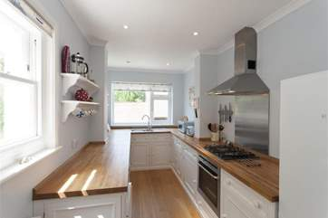 You'll find everything you need in this modern and well equipped kitchen to cook up your favourite dish.