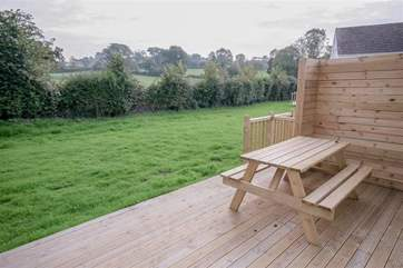 Rear decking area wit picnic table_Little Egret Cottage