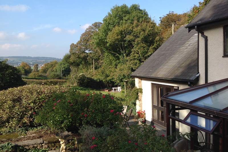 Far-reaching views from the garden, surrounded by open fields, yet Axmouth, Seaton, Sidmouth, and Lyme Regis are nearby.