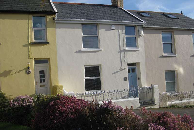 Dot's Cottage is a very pretty period, deceptively spacious property in a small terrace just a stone's throw from the fabulous sandy beach