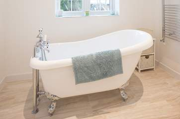 Have a relaxing, hot bubble bath in this stunning roll top, claw foot bath.