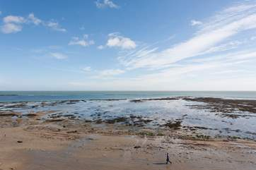 Enjoy romantic walks and rock pooling in the evenings, just minutes away from Ledge View