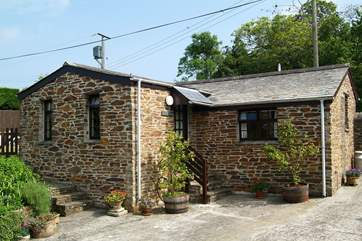 Detached Oak Cottage lies across the courtyard from Pine Cottage and Ash Cottage.