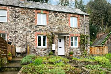Woodside Cottage is an end of terrace cottage.