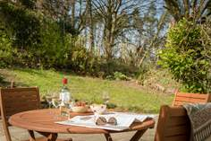 Winwalloe Cottage sleeps Sleeps 4 + cot, 6.2 miles NW of Looe.