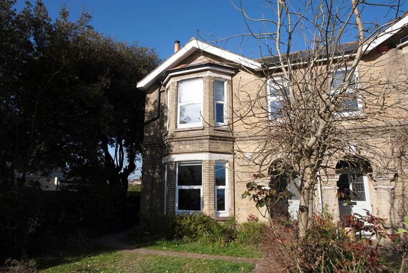 Rosa Monte is a fabulous four bedroom house in the popular town of Ryde, just moments away from the beach.