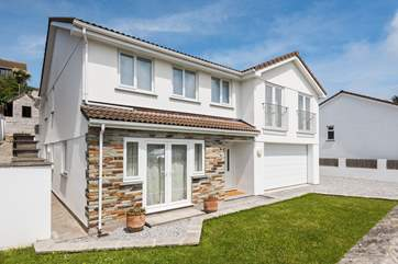 The Old Railings is a spacious contemporary family house in Portmellon, just a mile from Mevagissey.