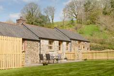 Kingfisher Cottage sleeps Sleeps 4 + cot, 5.2 miles NW of Looe.