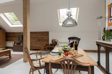 .. and another view of the dining-area with the stunning industrial lamp.