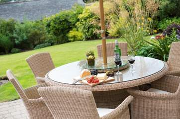 Comfortable garden furniture is provided.