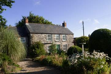 The Poplars is a pretty stone-built cottage in the small hamlet of Kuggar a short walk from the beach at Kennack Sands and less than 2 miles from Cadgwith.