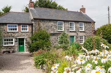 The pretty cottage is perfect for a small family or two couples who can have a bath/shower room each.