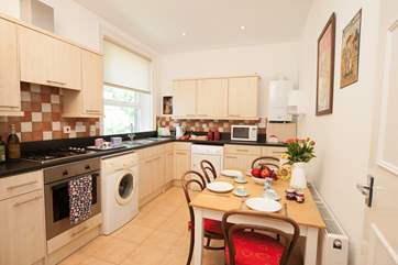 The charming well-equipped kitchen with seating for four