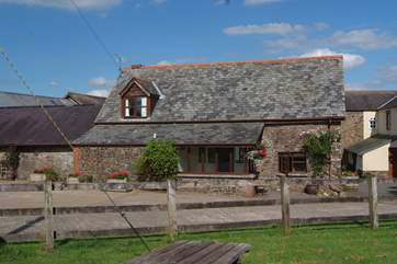 Oak Cottage is a deceptively spacious cottage on the edge of this lovely north Devon farmstead.