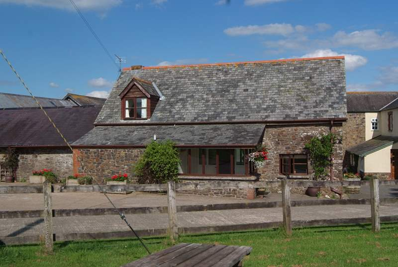 Oak Cottage is a  spacious cottage on the edge of this lovely north Devon farmstead. The cottage faces away from the farmstead and has wonderful views.