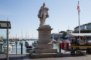 Proud statue of Sir William of Orange stands on the edge of the harbour.