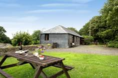 Coombe Cottage Sleeps 4 + 2 cots, 7.9 miles NW of Launceston.