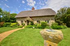 Old Nursery Thatch Sleeps 4 + cot, 6.3 miles W of Ventnor.