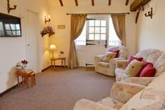 Orchard Cottage Sleeps 4 + cot, 2.1 miles SE of Yarmouth.