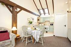 Orchard Cottage - Holiday Cottage - 2.1 miles SE of Yarmouth