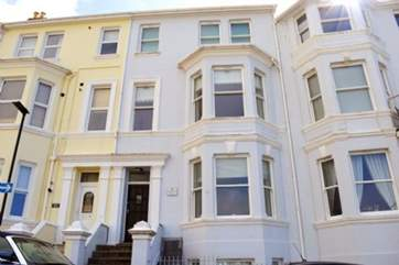 Seacsape is a ground floor apartment in Ventnor, with steps up to the front door