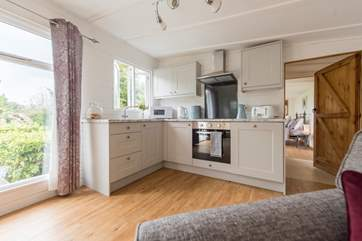 Built-in fridge, microwave, electric oven and hob - you have everything you need in this kitchen.