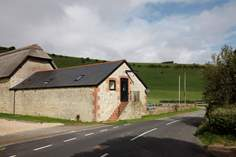Chillerton Farm Barn Sleeps 5 + cot, 3.9 miles S of Newport.