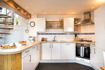 The stylish modern kitchen is very well-equipped.