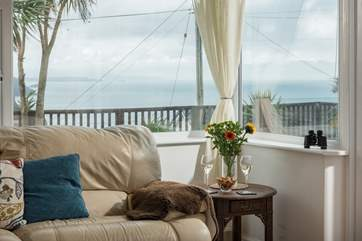 You can even see the sea from the sofa!