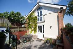 Higher Yellands Cottage Sleeps 5 + cot, 2.8 miles NW of Ottery St Mary.