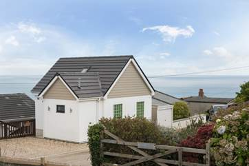 Ocean Retreat is a dog-friendly, detached, open plan eco-house set on the coastal footpath just a one minute stroll from spectacular clifftop walks.
