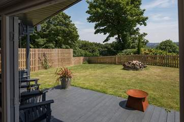 The enclosed garden allows you and your dog to relax together.