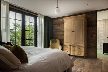 This en suite bedroom can also be set up as twin beds on request.