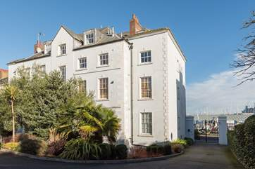 The lovely Georgian building where Stone's Throw is located, a south-facing, lower ground floor apartment with a secluded courtyard.