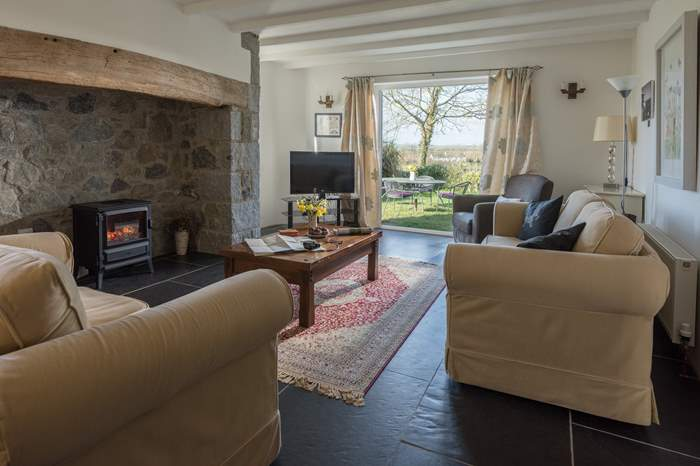 Miranda Cottage,Sleeps 6 + cot, 1.8 miles SW of Helford
