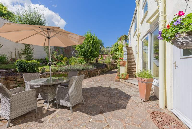 Fabulous enclosed patio-area. Perfect for dining al fresco in the sun.