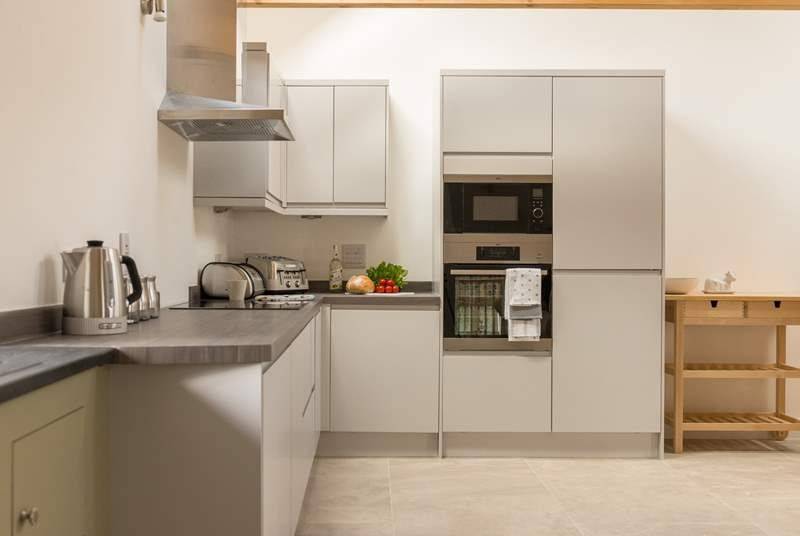 The stylish kitchen is very well-equipped.