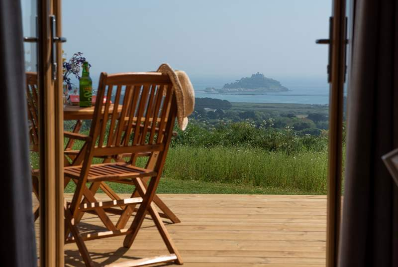 Throw open the patio doors, enjoy the spectacular view and let the fresh sea air flood in - bliss!