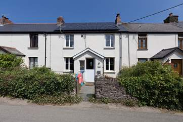 Easter Cottage is in a small terrace of period cottages. It has an amazing back garden with fantastic sea views.